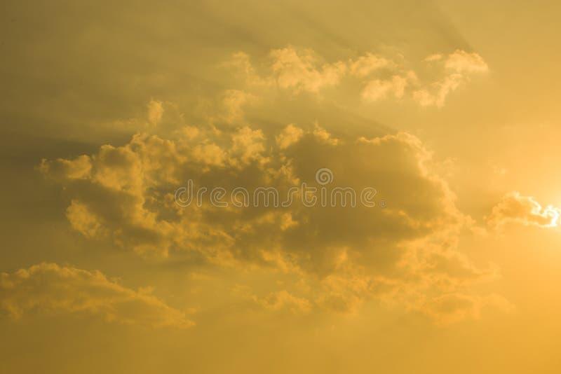 Coucher du soleil derrière le ciel, ciel orange, supprimé à la ville de Chiangmai avec la silhouette de bâtiment image stock