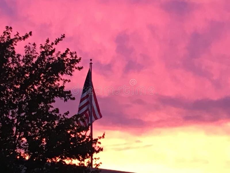 Coucher du soleil derrière le drapeau photo libre de droits