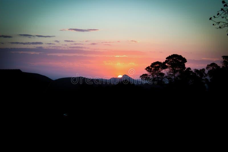 Coucher du soleil derrière les montagnes photos libres de droits