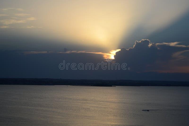 Coucher du soleil derrière les nuages photos stock