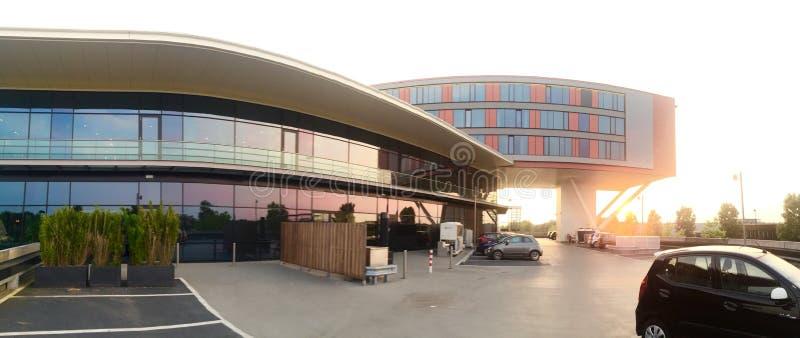 Coucher du soleil derrière un bâtiment image stock