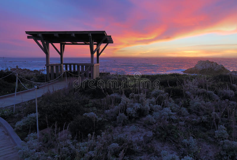 Coucher du soleil derrière un belvédère public à la plage d'état d'Asilomar dans Califor photographie stock