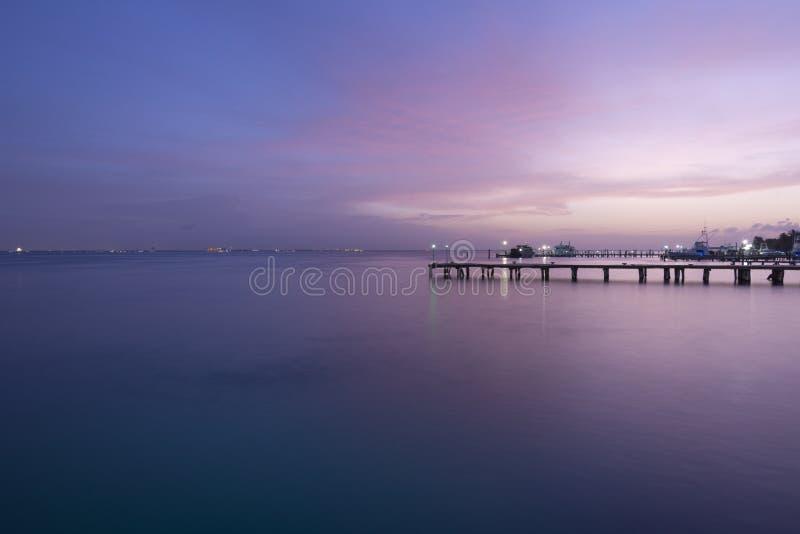 Coucher du soleil des Caraïbes au-dessus des docks photo libre de droits