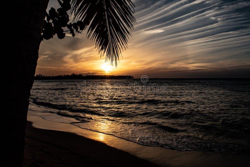 Coucher du soleil des Cara?bes sc?nique dans Las Terrenas, R?publique Dominicaine  photos libres de droits
