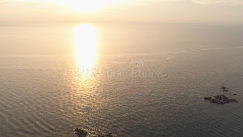 Coucher du soleil dramatique au-dessus de belle côte avec la plage rocheuse projectile Composition de nature, beau ciel ardent de photographie stock libre de droits