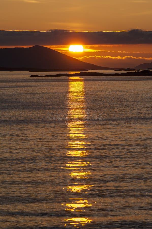 Coucher du soleil dramatique au-dessus de la côte arctique de la Norvège images stock