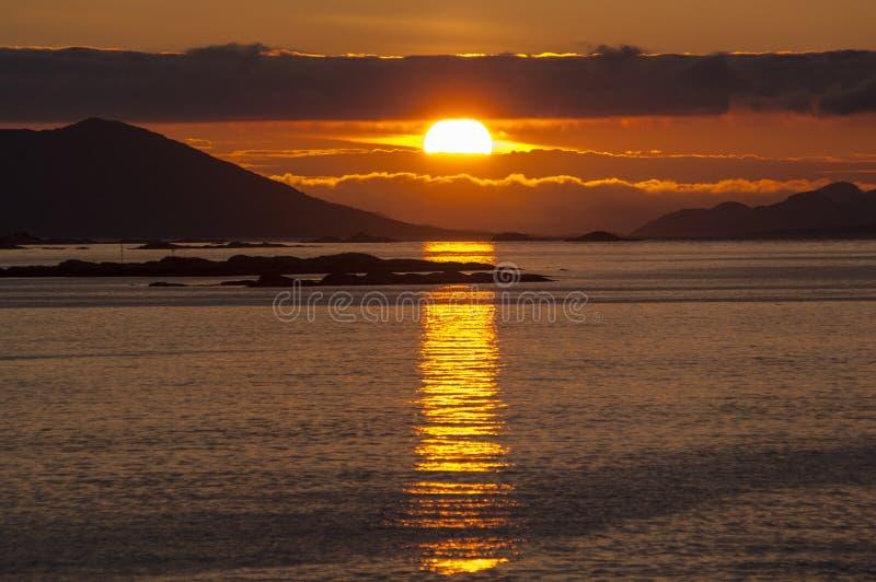 Coucher du soleil dramatique au-dessus de la côte arctique de la Norvège photo stock