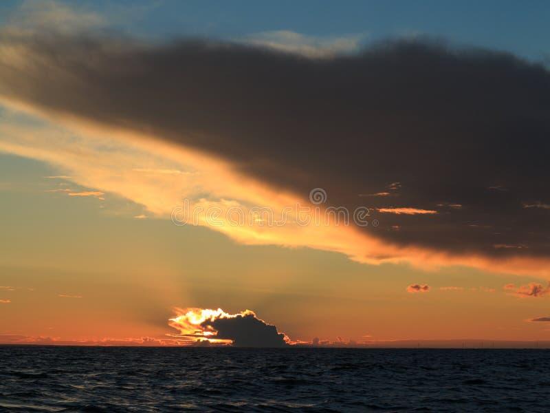 Coucher du soleil dramatique au-dessus de la mer baltique photo stock