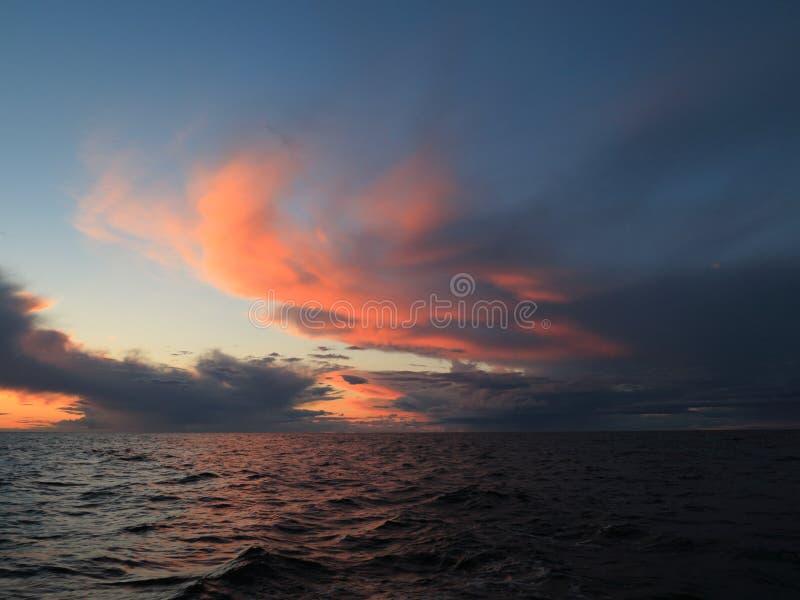 Coucher du soleil dramatique au-dessus de la mer baltique images stock