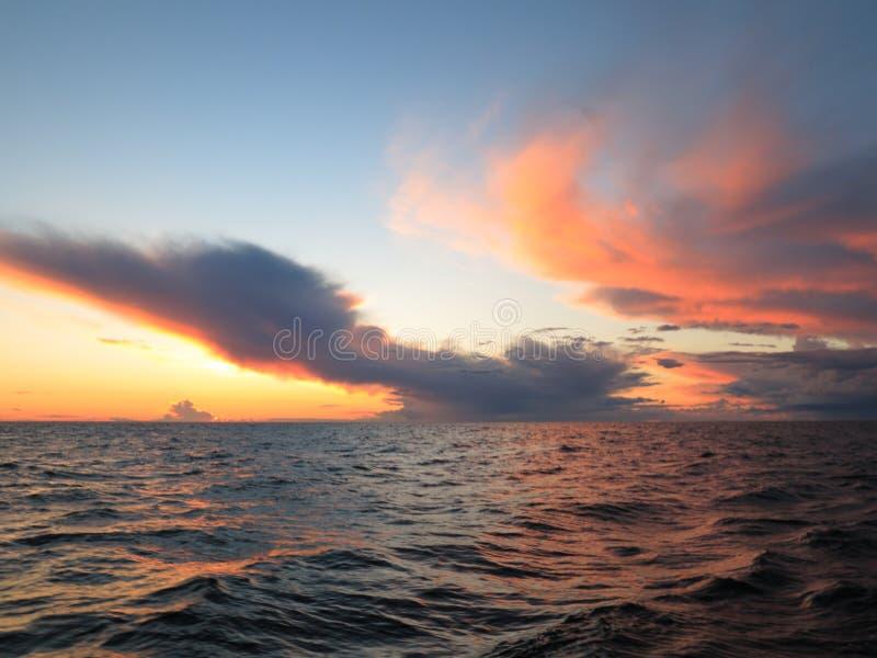 Coucher du soleil dramatique au-dessus de la mer baltique photos libres de droits
