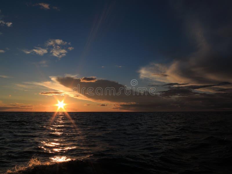 Coucher du soleil dramatique au-dessus de la mer baltique photographie stock