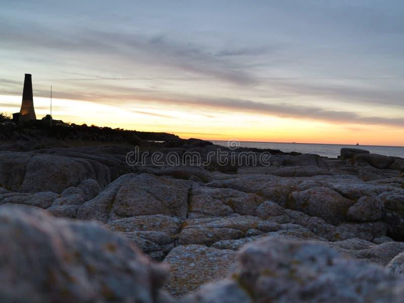 Coucher du soleil dramatique au-dessus de la mer baltique. Beau paysage marin image stock