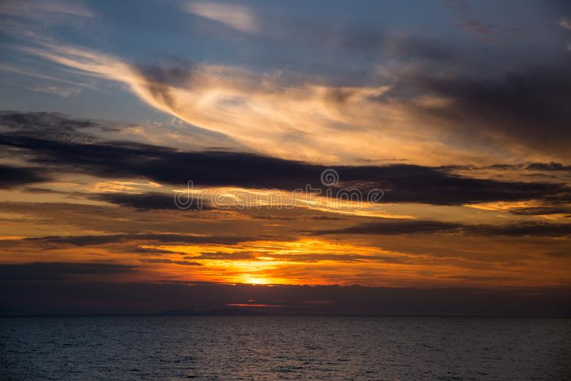 Coucher du soleil dramatique au-dessus de Mer Adriatique en Italie photographie stock