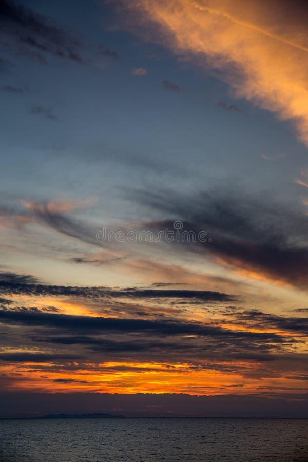 Coucher du soleil dramatique au-dessus de Mer Adriatique en Italie photo libre de droits