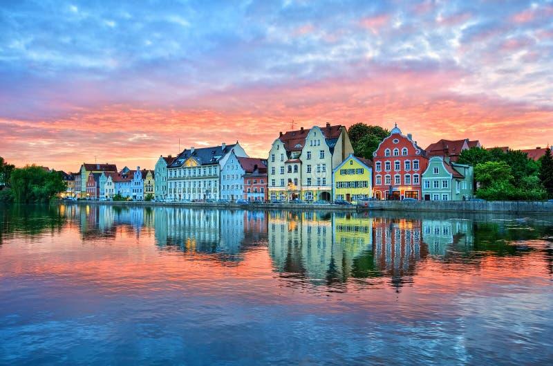 Coucher du soleil dramatique au-dessus de vieille ville de Landshut sur la rivière d'Isar près de Mun photos libres de droits