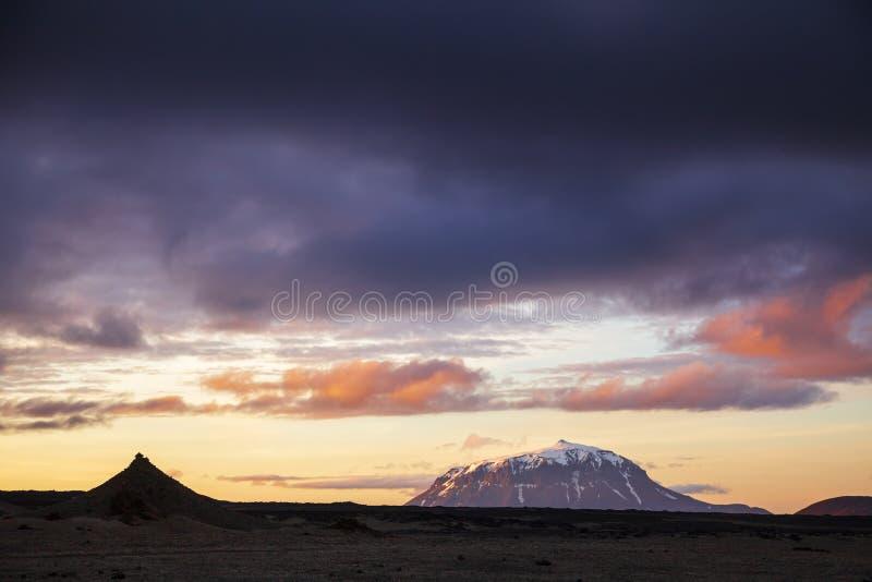 Coucher du soleil dramatique au-dessus des montagnes de gisement de lave d'Odadahraun de montagne de tuya de Herdubreid de l'Isla photos stock
