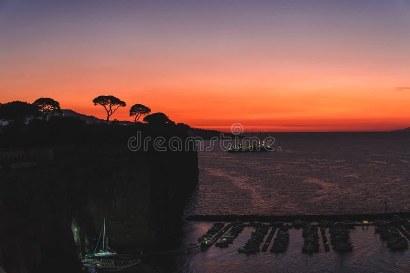 Coucher du soleil dramatique au-dessus des montagnes et de la mer de la baie Italie de Sorrente photos libres de droits