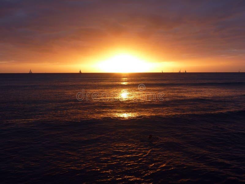 Coucher du soleil dramatique au-dessus des nuages et réfléchir sur OC Pacifique photo libre de droits