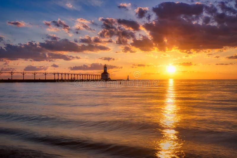 Coucher du soleil dramatique au phare est de musoir de ville du Michigan photo stock