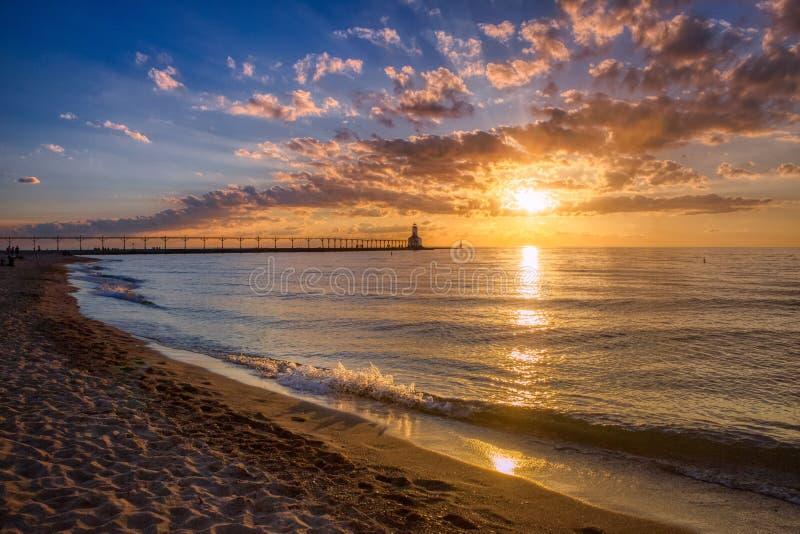 Coucher du soleil dramatique au phare est de musoir de ville du Michigan photographie stock libre de droits