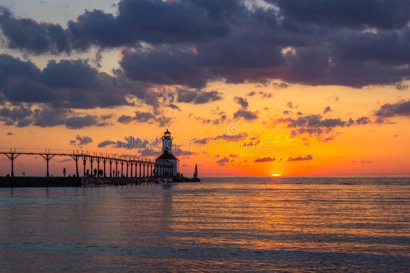 Coucher du soleil dramatique au phare est de musoir de ville du Michigan image stock