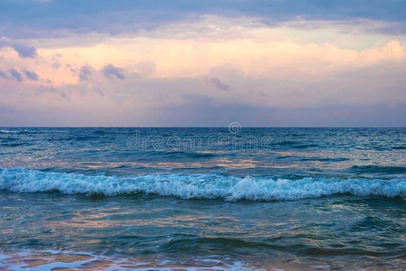 Coucher du soleil dramatique avec le ciel et les nuages crépusculaires de couleur images stock