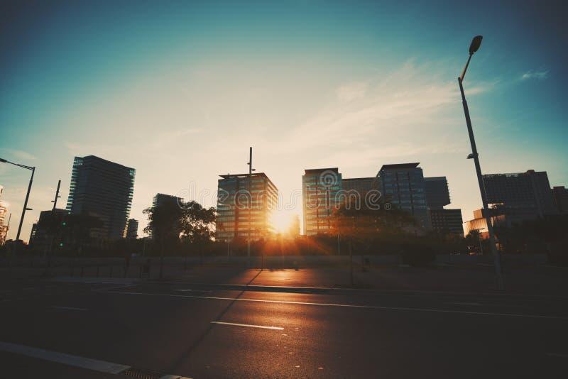 Coucher du soleil dramatique dans le secteur résidentiel de Barcelone image stock