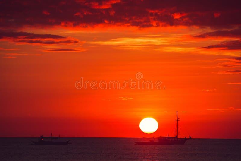 Coucher du soleil dramatique de mer d'écarlate avec des bateaux Jeunes adultes Voyage vers Philippines Vacances tropicales de lux photographie stock