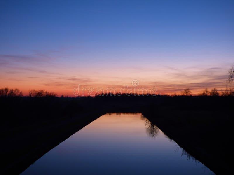 Coucher du soleil dramatique et ciel de lever de soleil photo stock