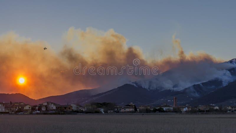 Coucher du soleil dramatique sur Bientina avec le bâti Pisano en flammes à l'arrière-plan, Toscane, Italie photos stock