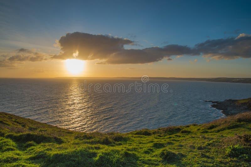 Coucher du soleil dramatique sur la côte cornouaillaise, au-dessus de l'Océan Atlantique images libres de droits