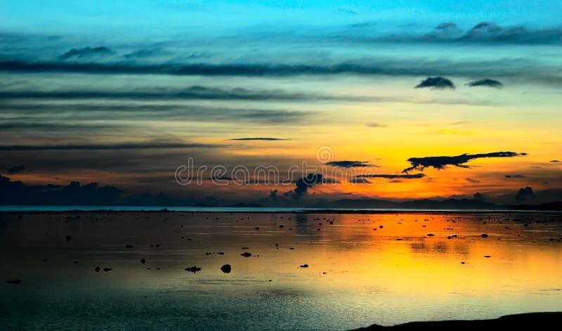 Coucher du soleil du Fiji après tempête photographie stock libre de droits