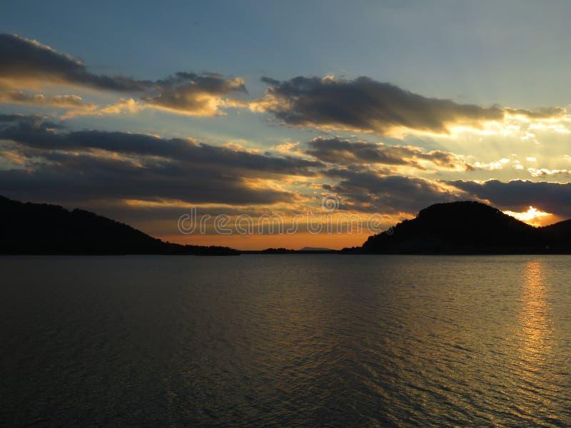 Coucher du soleil du lac Aoos, Épire Grèce photographie stock