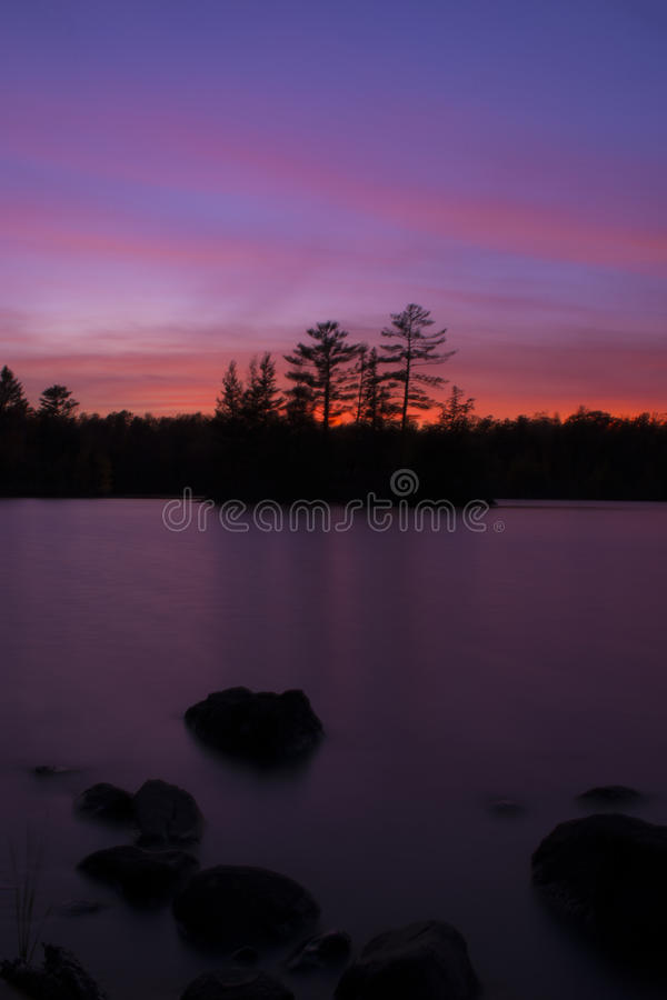 Coucher du soleil du nord au-dessus du lac images libres de droits