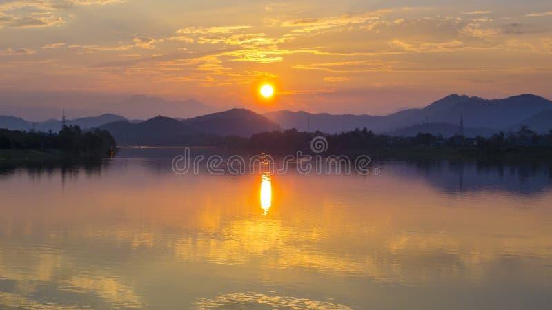Coucher du soleil du Vietnam de rivière de parfum photo stock