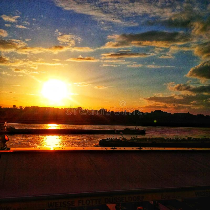 Coucher du soleil @ Dusseldorf Allemagne images libres de droits