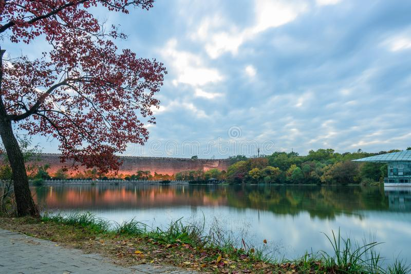 Coucher du soleil en automne photos stock