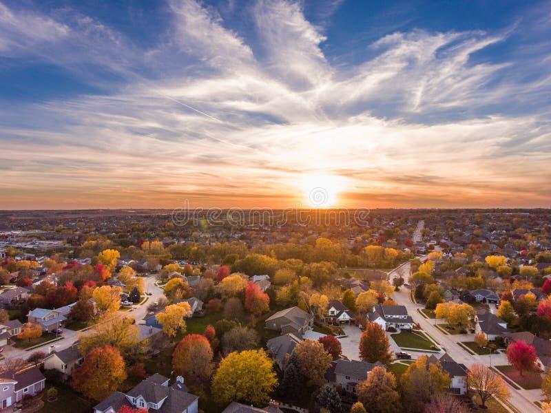 Coucher du soleil en automne au-dessus des banlieues images libres de droits