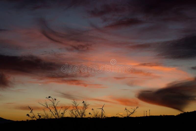 Coucher du soleil en collines, jeux de couleurs et nuages photo stock
