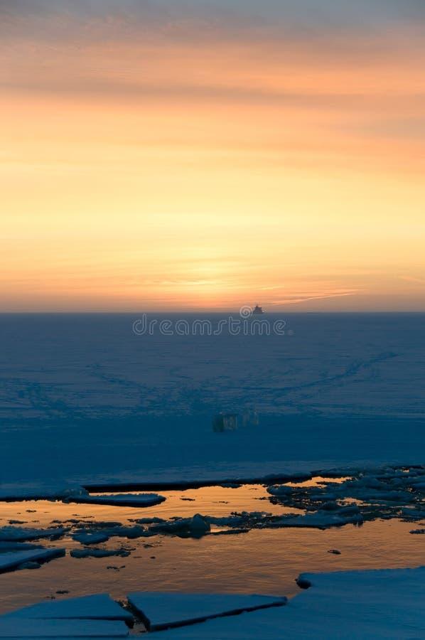 Coucher du soleil en hiver au cercle polaire photographie stock libre de droits