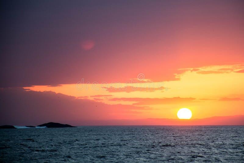 Coucher du soleil en Ilha Bela, Brésil images libres de droits