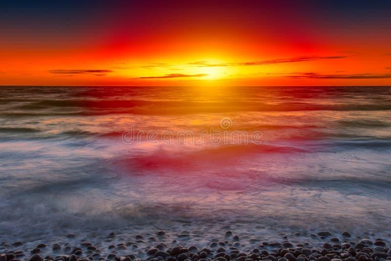 Coucher du soleil en mer baltique images stock