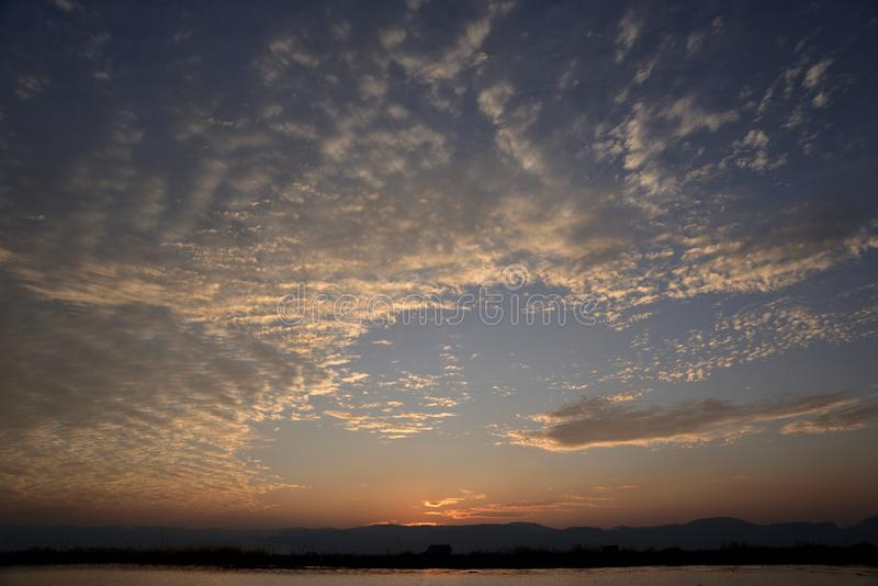 Coucher du soleil en mer de Myanmar image libre de droits