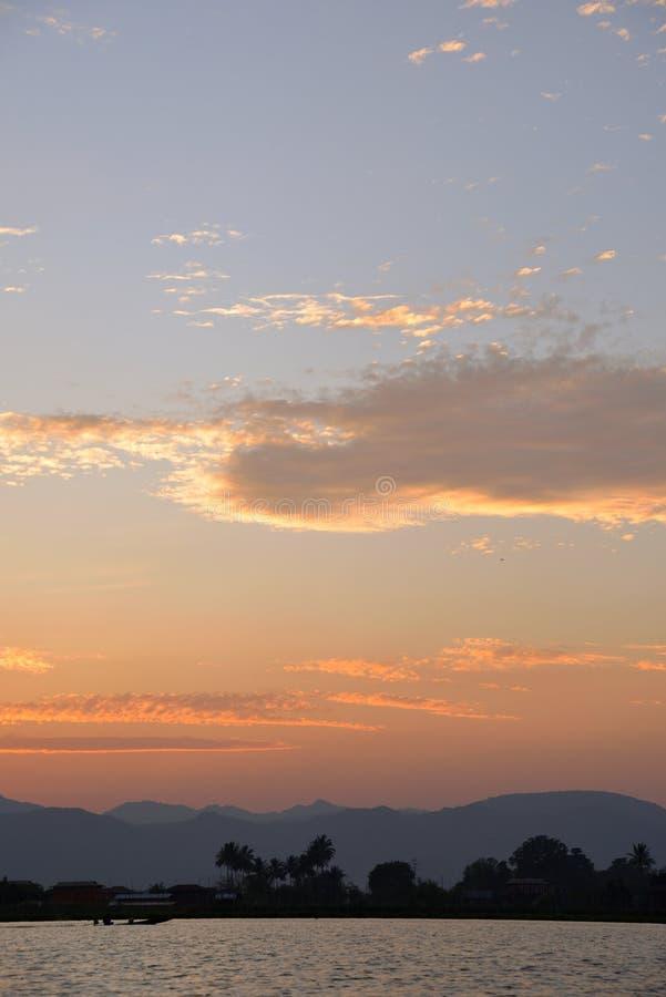 Coucher du soleil en mer de Myanmar image stock