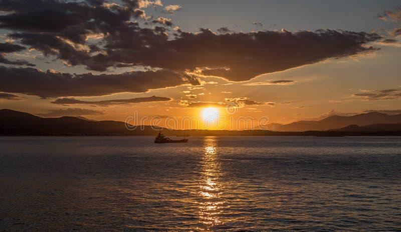 Coucher du soleil en mer Méditerranée photos stock