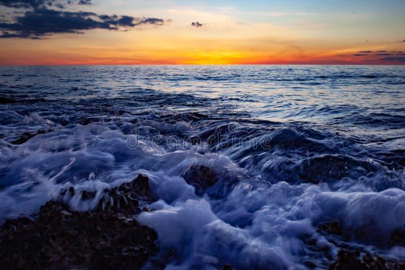 Coucher du soleil en mer storm photo stock