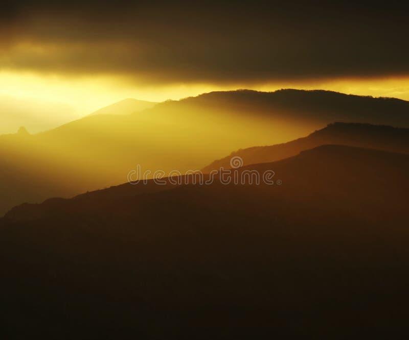 Coucher du soleil en montagne images stock