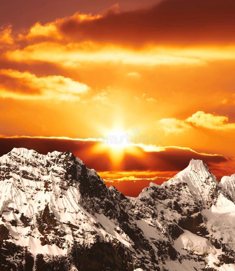 Coucher du soleil en montagne photo stock
