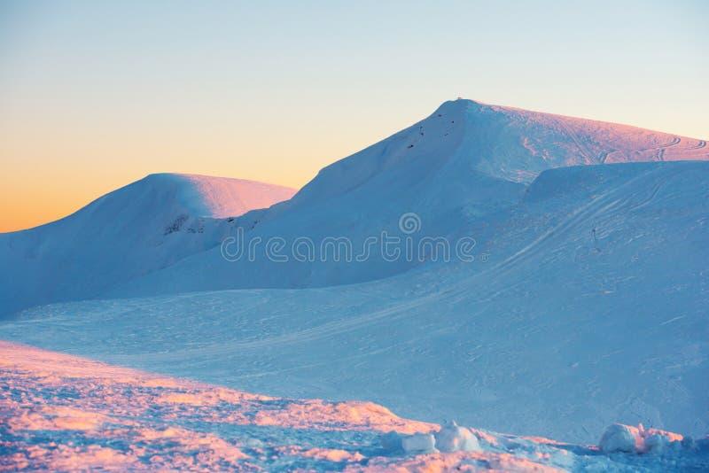 Coucher du soleil en montagnes de l'hiver photos stock