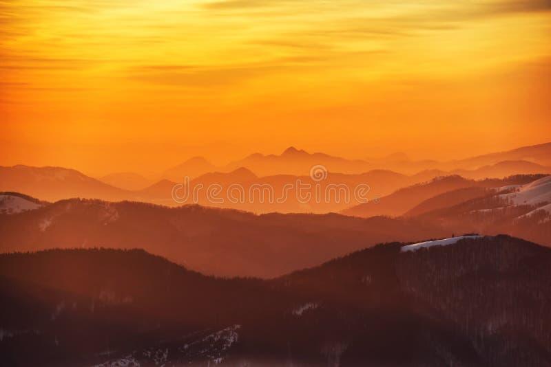 Coucher du soleil en montagnes de l'hiver image libre de droits